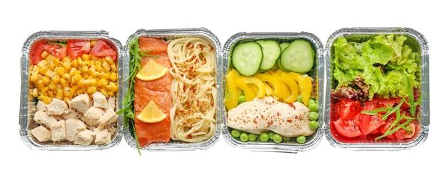 Recipientes com comida deliciosa em branco