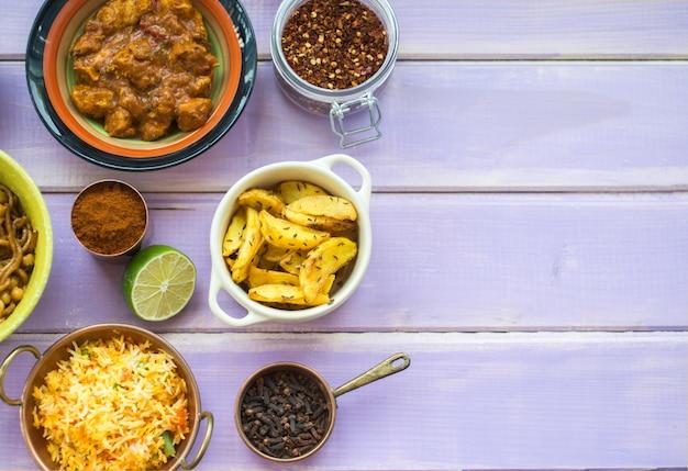 Recipientes com especiarias perto de lima e pratos