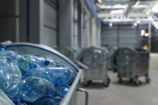 Recipientes com garrafas de bebidas usadas. lixo entregue na fábrica para reciclagem.
