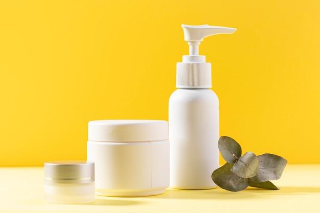 Recipientes cosméticos de plástico branco