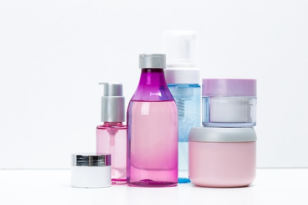 Recipientes cosméticos isolados no branco