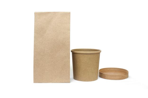 Recipientes de alimentos ecológicos isolados no fundo de comida de entrega de conceito de reciclagem branco