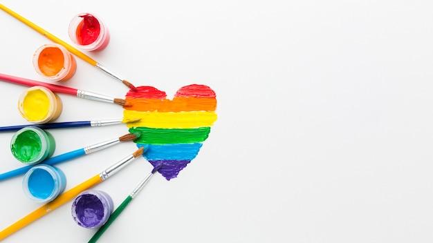Recipientes de arco-íris de tinta para o orgulho amor cópia espaço