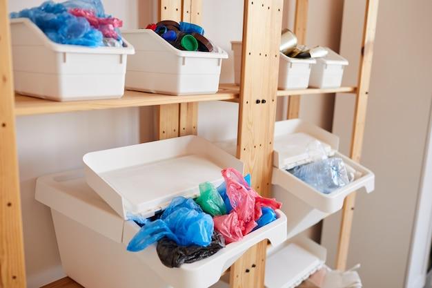Recipientes de armazenamento de plástico para separar o lixo em casa