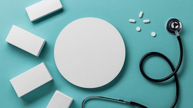 Recipientes de comprimidos planos e estetoscópio