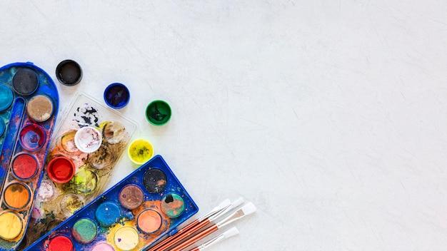 Recipientes de cores de tinta copiam o espaço