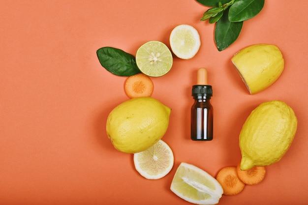 Recipientes de cosméticos com fatias de limão fresco conceito de produtos de beleza para a pele vitamina c.