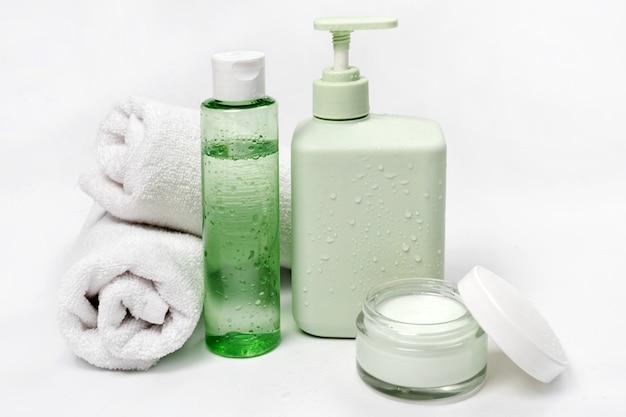 Recipientes de cosméticos, pacote de rótulo em branco para a marca. creme hidratante, sabonete líquido ou xampu, tônico, cuidados com a pele do rosto e do corpo.
