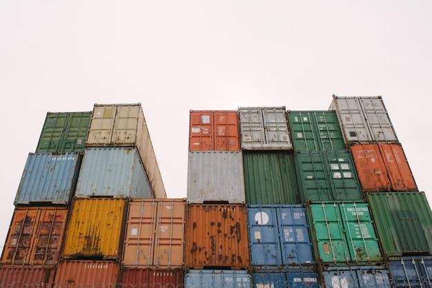 Recipientes de ferro de cores diferentes estão no porto