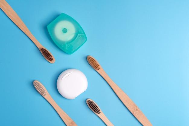 Recipientes de fio dental e escovas de dente de bambu