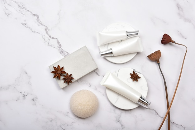 Recipientes de frasco cosmético com lótus seco de ervas, rótulo em branco, conceito de produto de beleza natural.