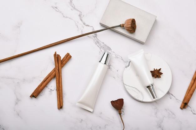 Recipientes de frascos de cosméticos para a pele.