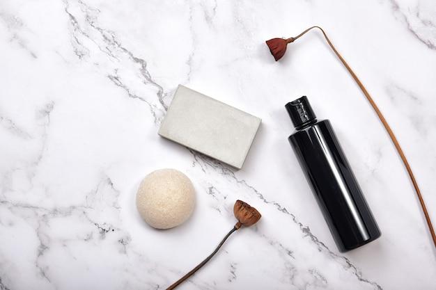 Recipientes de garrafa cosmética em fundo de mármore, produto de beleza orgânico natural.