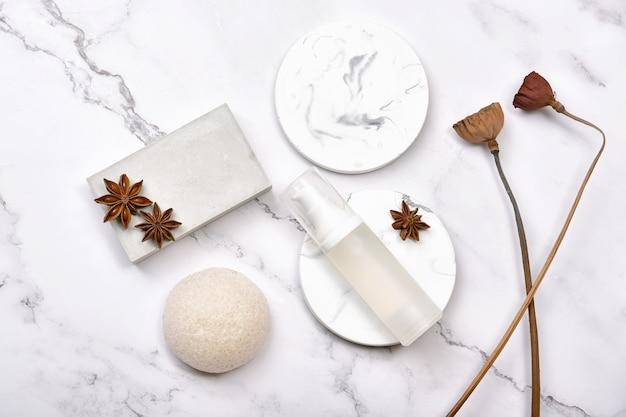 Recipientes de garrafa cosmética em fundo de mármore, skincare de produtos de beleza orgânicos naturais.