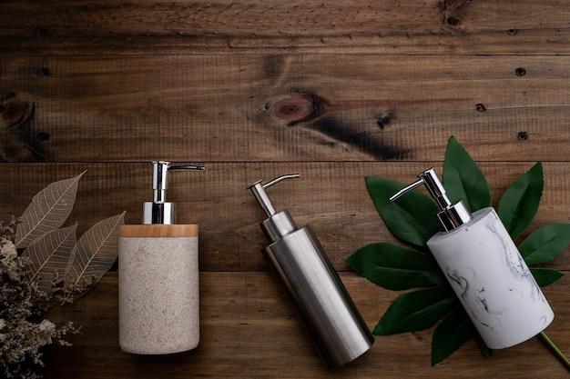 Recipientes de garrafa de cosméticos naturais em fundo de madeira, garrafa vazia, produto de skincare de beleza natural, conceito de produto de beleza