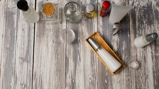 Recipientes de garrafa de cosméticos naturais em fundo de madeira, garrafa vazia