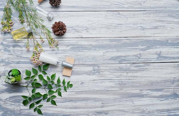 Recipientes de garrafa de cosméticos naturais em fundo de madeira