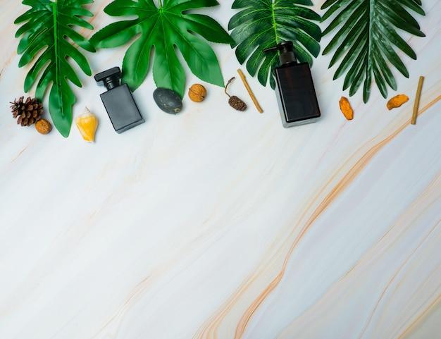 Recipientes de garrafa de cosméticos naturais sobre fundo verde folha, garrafa vazia, produto de skincare de beleza natural, conceito de produto de beleza