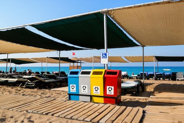 Recipientes de lixo na praia.