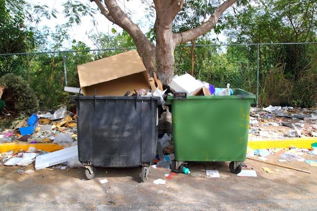 Recipientes de lixo sujos sujo de sujeira em todos os lugares