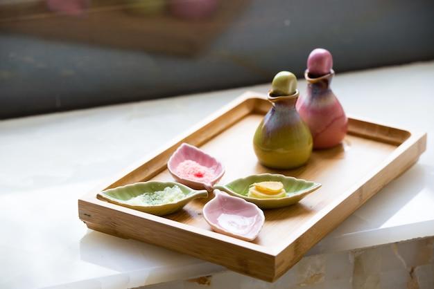 Recipientes de porcelana com tratamentos de beleza