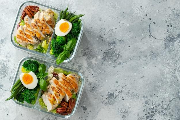 Recipientes de preparação de refeição saudável com peito de frango.