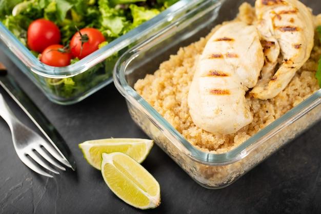 Recipientes de preparação de refeição saudável.
