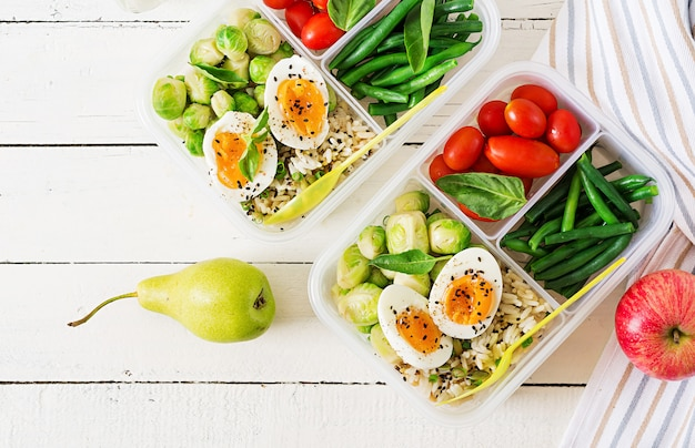 Recipientes de preparação saudável refeição verde com legumes e frutas