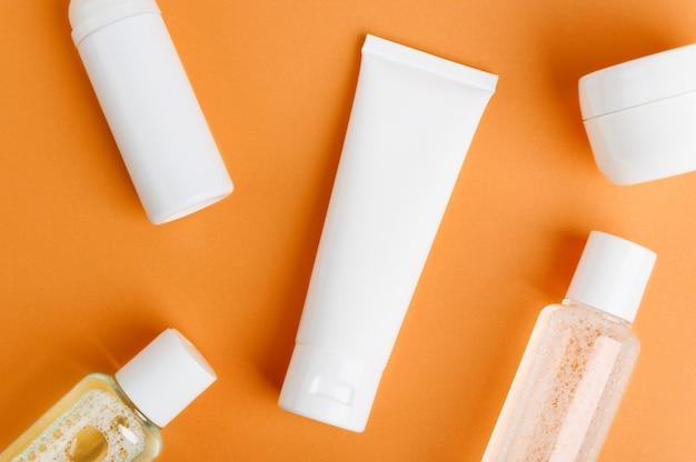 Recipientes de produtos cosméticos em laranja