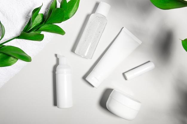 Recipientes de produtos cosméticos em luz cinza