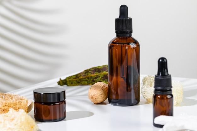 Recipientes de produtos para a pele em um branco com sombras criativas