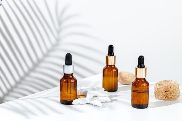 Recipientes de produtos para a pele em um fundo branco com sombras criativas de perto