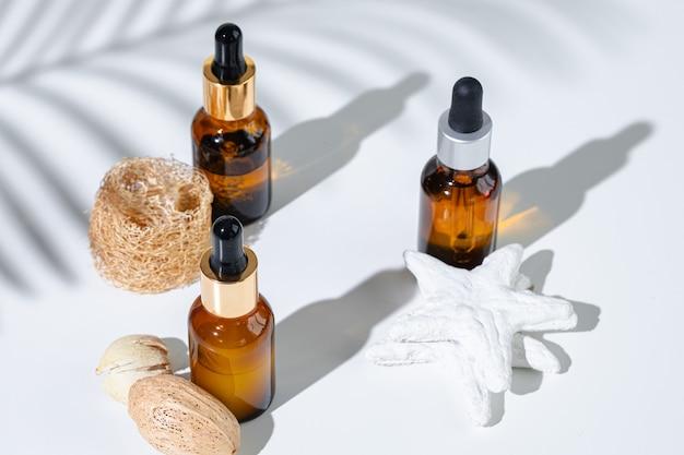 Recipientes de produtos para a pele em um fundo branco com sombras criativas