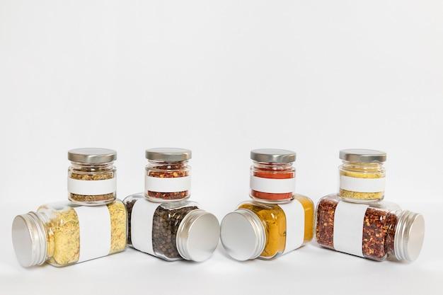 Recipientes de tamanhos diferentes com condimentos
