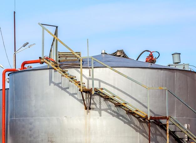 Recipientes para armazenamento de derivados de petróleo