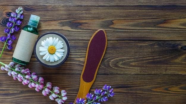Recipientes para frascos de cosméticos com flores de camomila hermal rótulo em branco para maquete de marca para produtos ecológicos naturais