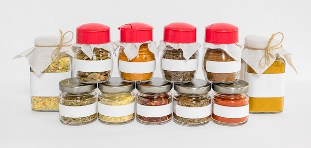 Recipientes rotulados com condimentos diferentes