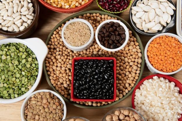 Recolha de diferentes variedades de cereais e sementes secas comestíveis. exemplos de fontes de fibra