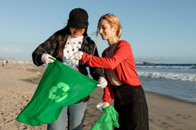 Recolha de lixo voluntário, amigos adolescentes na praia