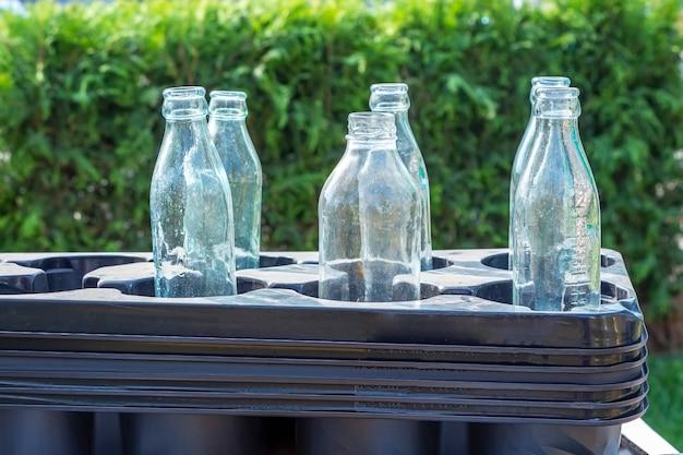 Recolha de plástico e vidro, eliminação. os recipientes de plástico de classificação e as garrafas de vidro são empilhados em fila.