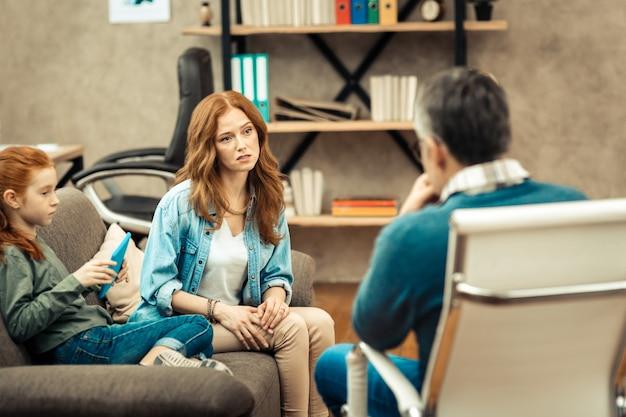 Recomendação profissional. mulher triste e triste pedindo conselhos profissionais enquanto se preocupa com a filha Foto Premium