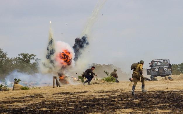 Reconstrução da batalha da segunda guerra mundial. batalha por sebastopol. reconstrução da batalha com explosões