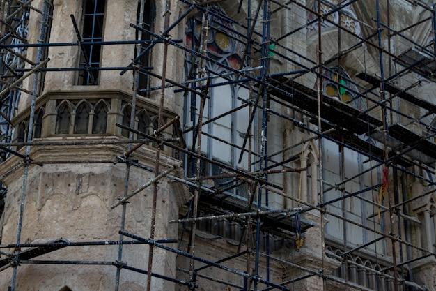 Reconstrução da igreja de perto
