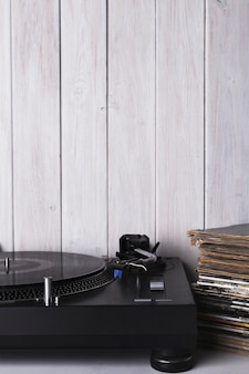 Recordista e discos perto da parede branca
