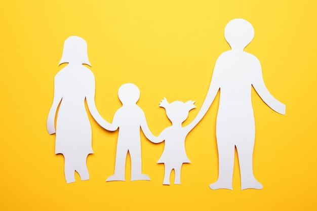 Recorte de corrente de papel de família de mãos dadas