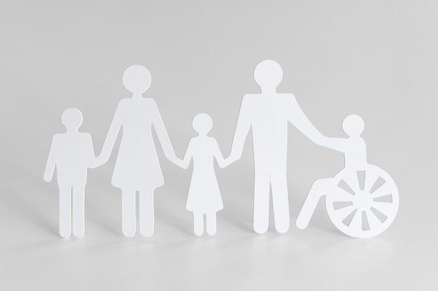 Recorte de papel de diferentes membros da família