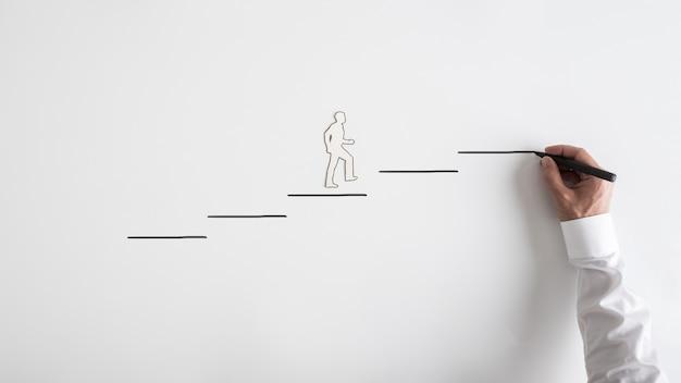 Recorte de silhueta de papel de um homem e um empresário desenhando etapas
