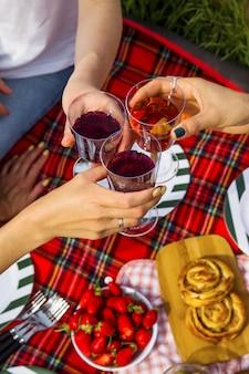 Recreação ao ar livre com comida deliciosa e vinho