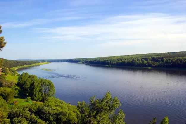 Recreação ao ar livre, vista para o rio, céu nas nuvens