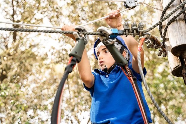 Recreação infantil ativa escalando o parque de cordas
